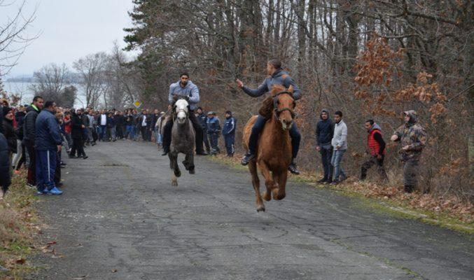"""На полигона до резиденция """"Перла"""" в Приморско се разрази истинска битка за спечелване на първото място в конните състезания, посветени на Тодоровден."""