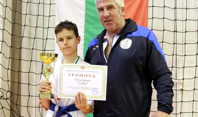 Петър Бараков донесе сребърен медал от национален шампионат по карате
